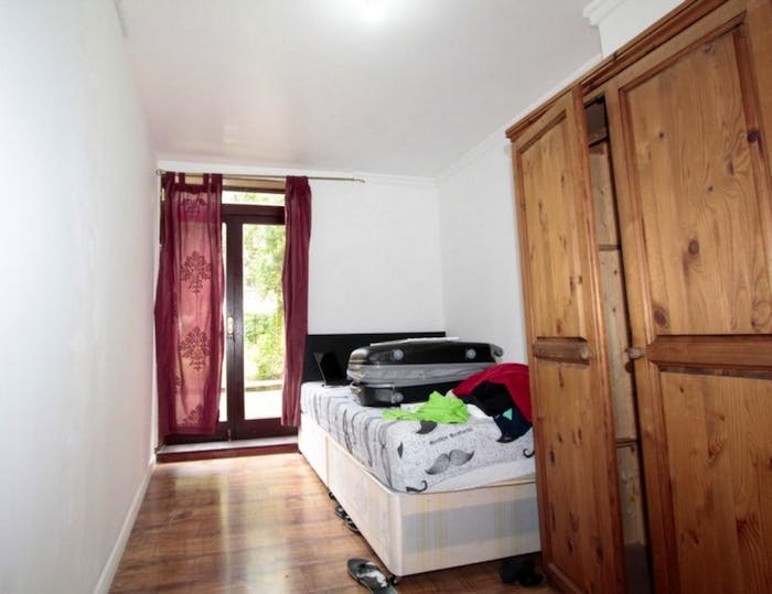 Well-lit single bedroom, with backyard access, in a 6-bedroom house  - Gallery -  3