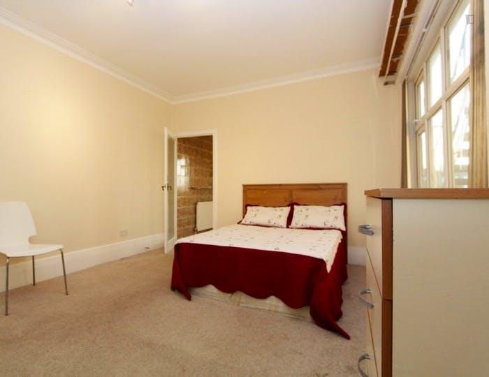 Unique double bedroom in Barnet  - Gallery -  1