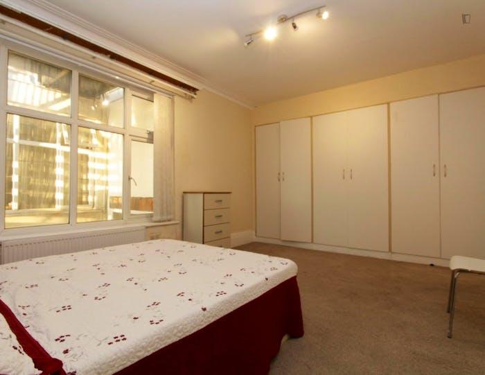 Unique double bedroom in Barnet  - Gallery -  2