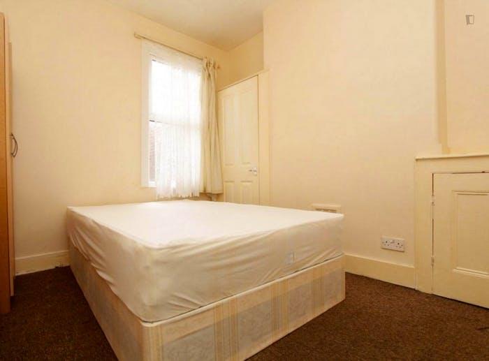 Well-lit double bedroom in a 5-bedroom flat  - Gallery -  1