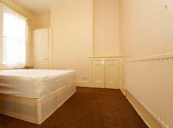 Well-lit double bedroom in a 5-bedroom flat  - Gallery -  5