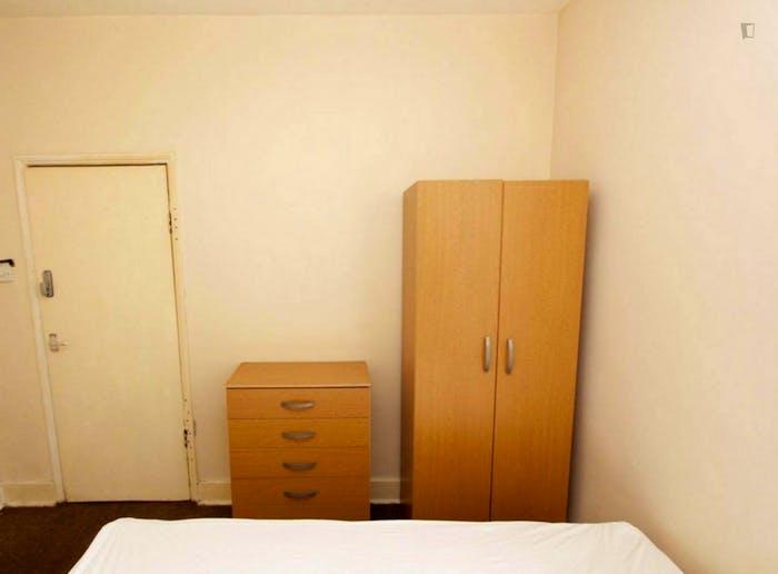 Well-lit double bedroom in a 5-bedroom flat  - Gallery -  2