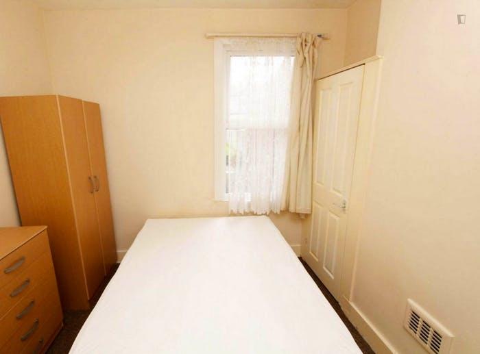 Well-lit double bedroom in a 5-bedroom flat  - Gallery -  6