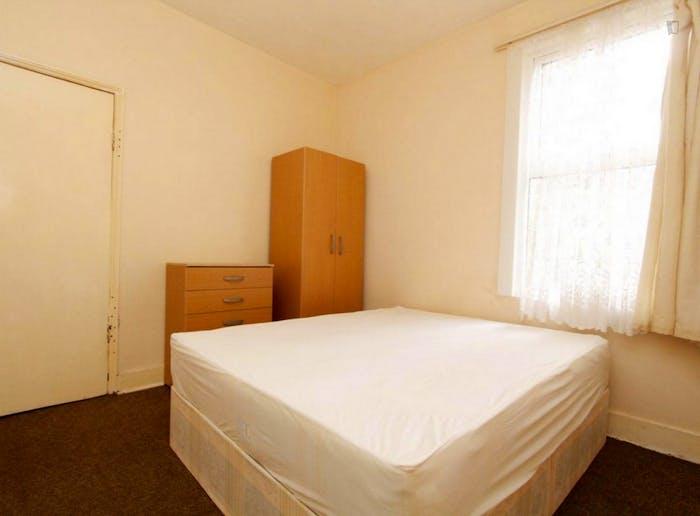 Well-lit double bedroom in a 5-bedroom flat  - Gallery -  3