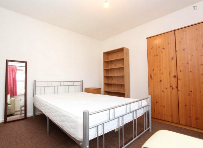 Well-lit double bedroom in a 5-bedroom flat  - Gallery -  1
