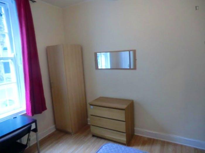 Welcoming double bedroom in well-linked Newington  - Gallery -  4