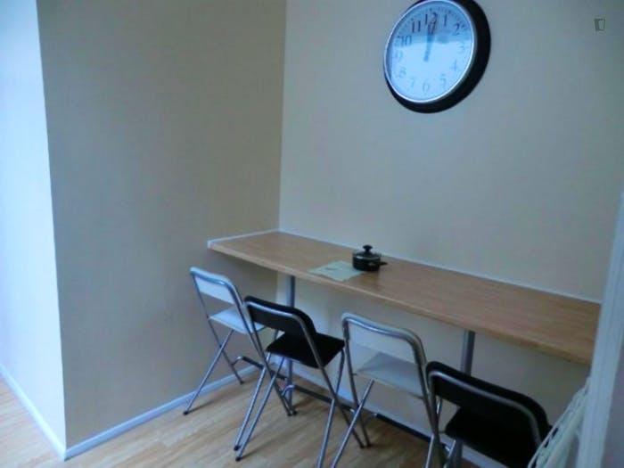 Welcoming double bedroom in well-linked Newington  - Gallery -  9