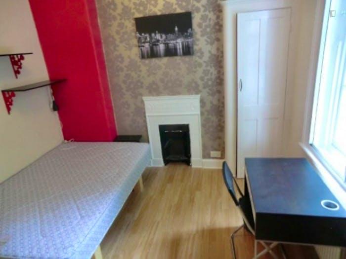 Welcoming double bedroom in well-linked Newington  - Gallery -  2