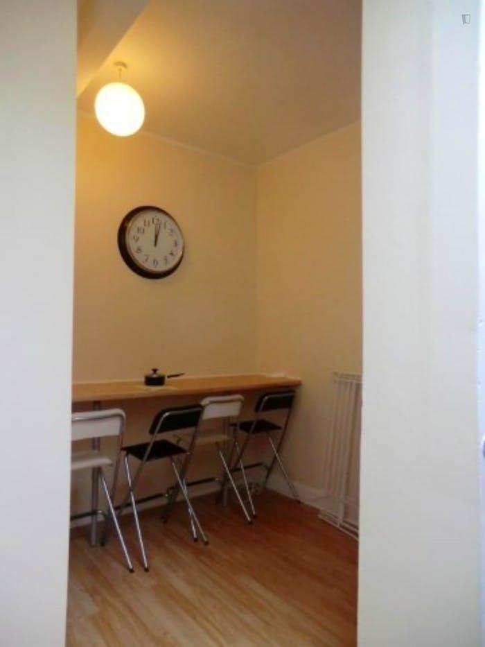 Welcoming double bedroom in well-linked Newington  - Gallery -  8