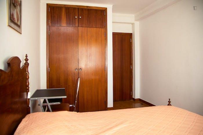 Very modest single bedroom in a 3-bedroom flat, in São Martinho do Bispo  - Gallery -  5