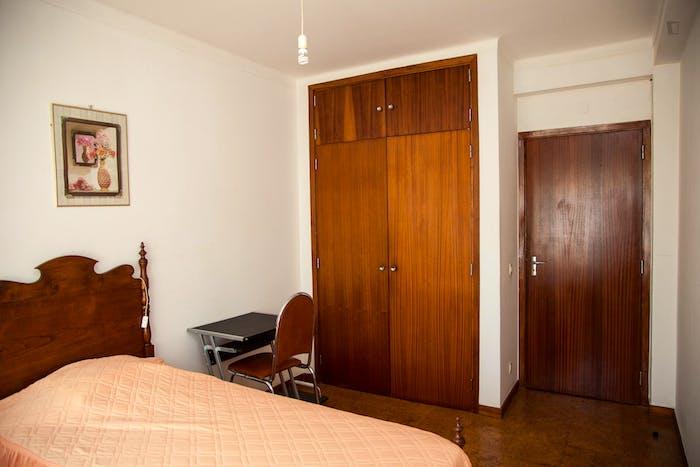 Very modest single bedroom in a 3-bedroom flat, in São Martinho do Bispo  - Gallery -  4