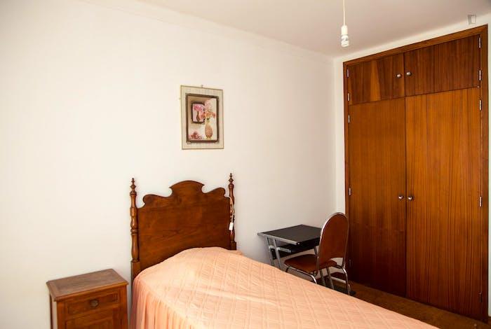 Very modest single bedroom in a 3-bedroom flat, in São Martinho do Bispo  - Gallery -  3