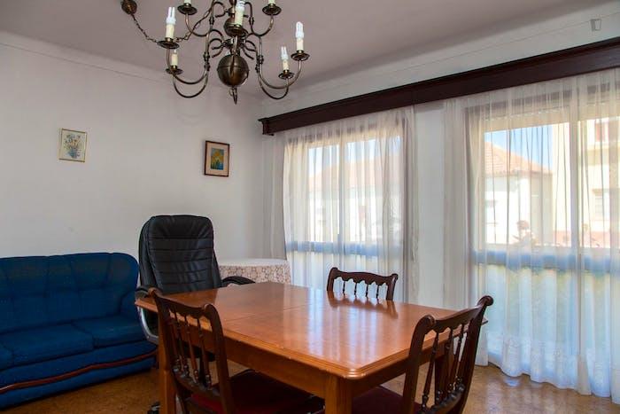 Very modest single bedroom in a 3-bedroom flat, in São Martinho do Bispo  - Gallery -  9