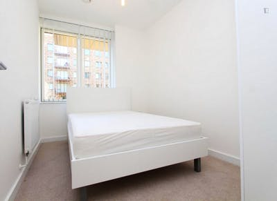 Student-friendly double bedroom in Royal Docks  - Gallery -  1