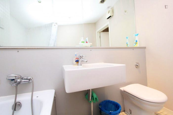Well-lit double bedroom in North Woolwich  - Gallery -  9