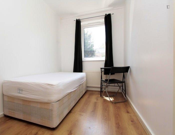 Well-lit single bedroom in Poplar  - Gallery -  2