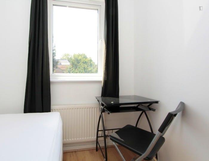 Well-lit single bedroom in Poplar  - Gallery -  4