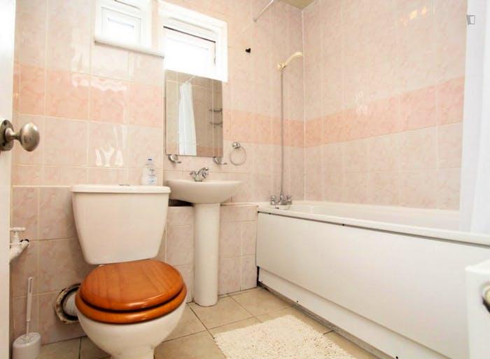 Well-lit single bedroom in Poplar  - Gallery -  8