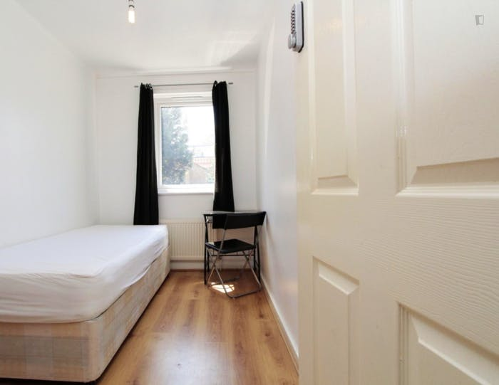 Well-lit single bedroom in Poplar  - Gallery -  3