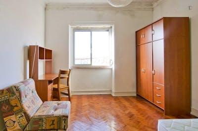 Well-located single bedroom in trendy Alvalade neighbourhood  - Gallery -  2