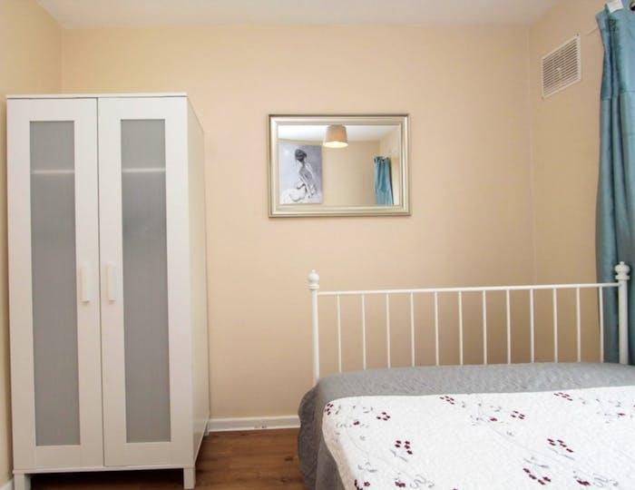 Well-lit double bedroom in trendy Poplar  - Gallery -  2