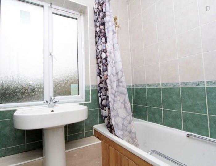 Well-lit double bedroom in trendy Poplar  - Gallery -  7