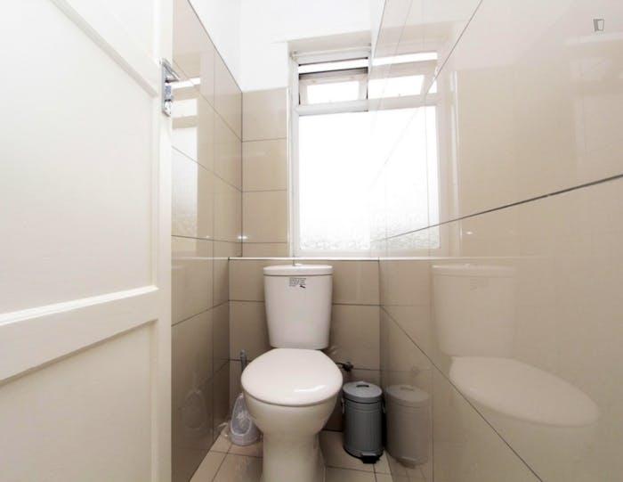 Well-lit double bedroom in trendy Poplar  - Gallery -  9