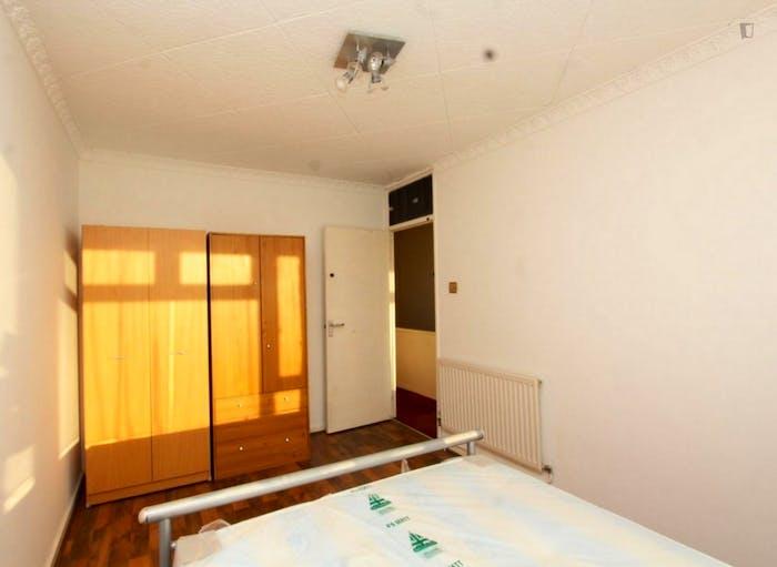 Well-lit double bedroom in Poplar  - Gallery -  3
