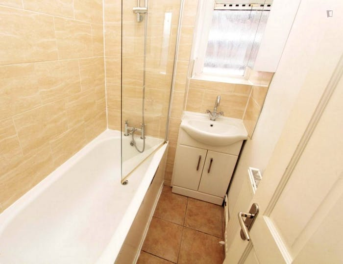 Very neat double bedroom near the Queen Elizabeth Olympic Park  - Gallery -  5