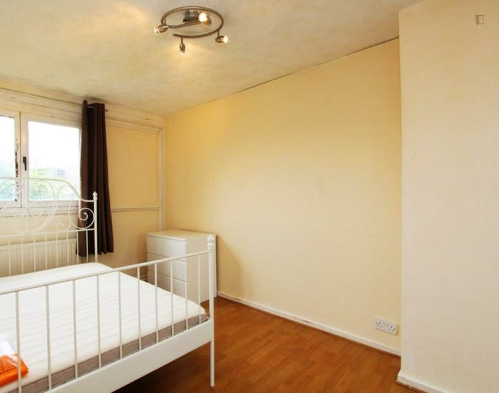 Well-lit double bedroom in trendy Isle of Dogs  - Gallery -  2