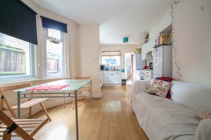 Very cosy double bedroom in Haringey  - Gallery -  3