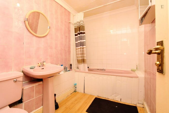 Well-features double bedroom in a 5-bedroom flat  - Gallery -  7