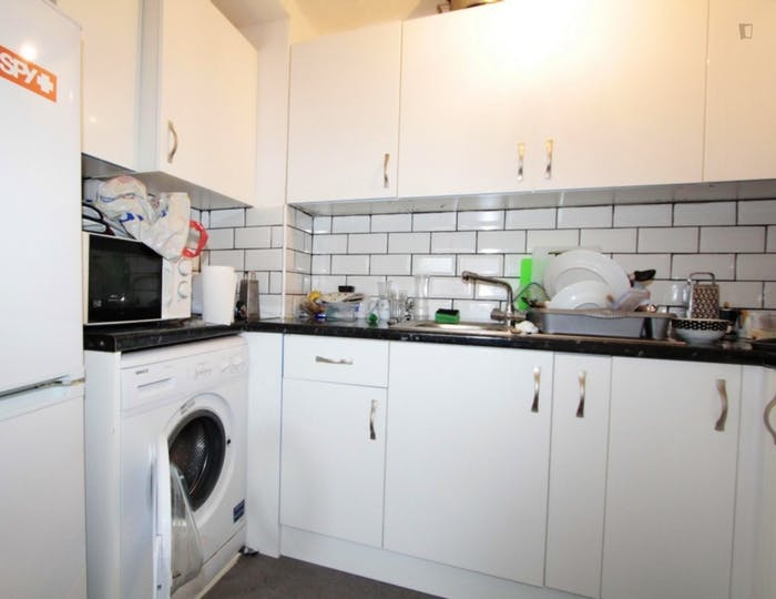Well-features double bedroom in a 5-bedroom flat  - Gallery -  6
