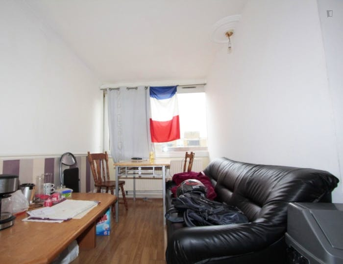 Well-features double bedroom in a 5-bedroom flat  - Gallery -  4