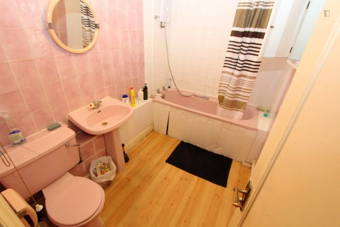 Well-features double bedroom in a 5-bedroom flat  - Gallery -  8