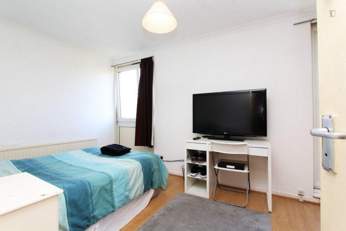 Well-features double bedroom in a 5-bedroom flat  - Gallery -  2