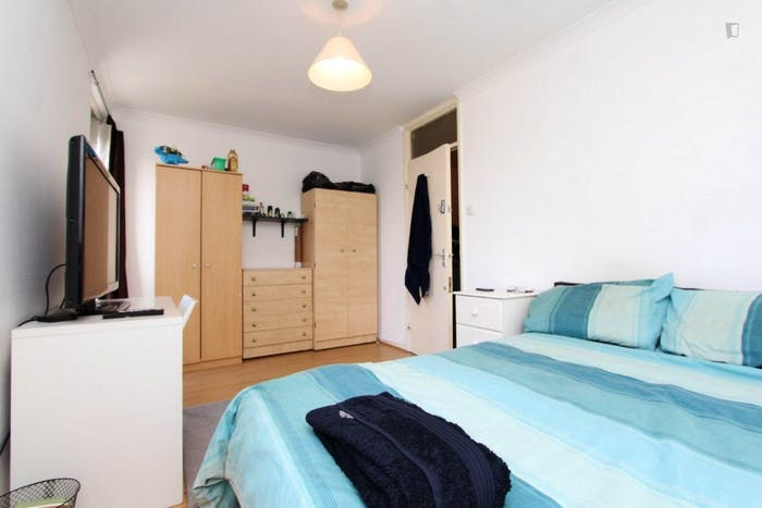 Well-features double bedroom in a 5-bedroom flat  - Gallery -  3