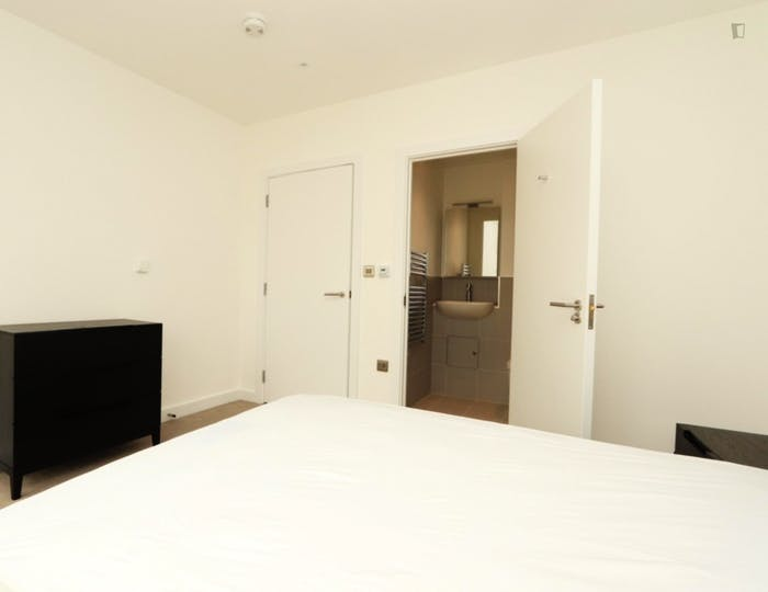 Welcoming double ensuite bedroom in Rotherhithe  - Gallery -  2