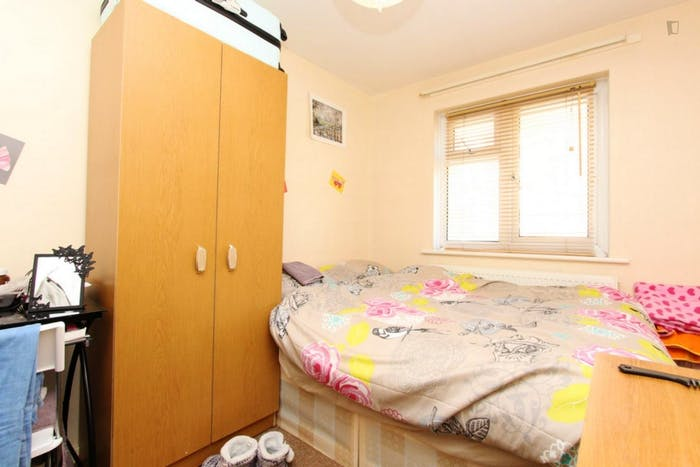 Well-lit double bedroom in Newington  - Gallery -  1