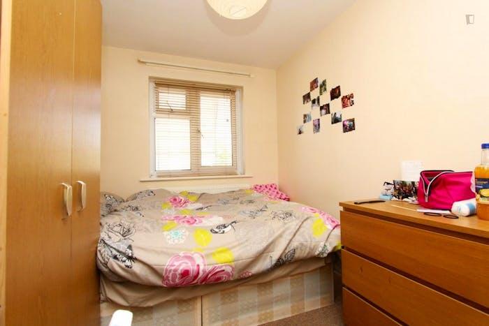 Well-lit double bedroom in Newington  - Gallery -  4