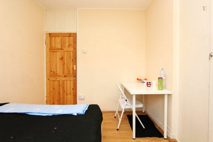 Unique double bedroom in a 3-bedroom flat in Newington  - Gallery -  5