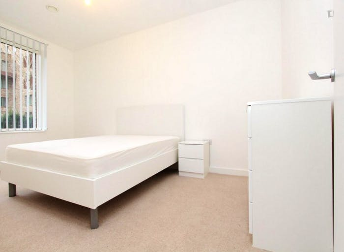 Well-equipped double bedroom in Beckton  - Gallery -  1