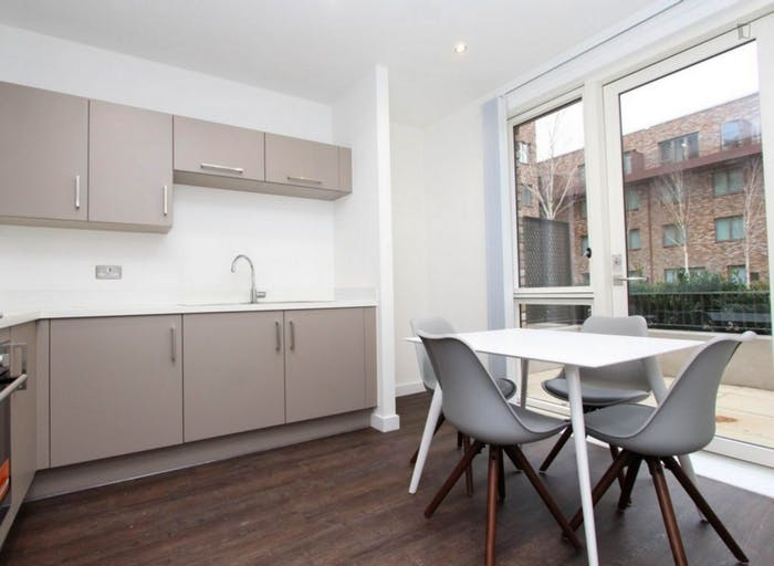 Well-equipped double bedroom in Beckton  - Gallery -  9