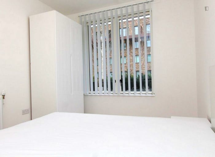 Well-equipped double bedroom in Beckton  - Gallery -  2