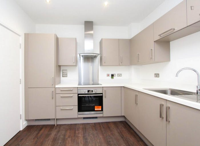 Well-equipped double bedroom in Beckton  - Gallery -  8