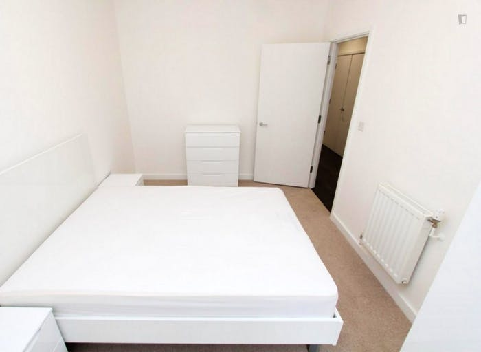 Well-equipped double bedroom in Beckton  - Gallery -  5