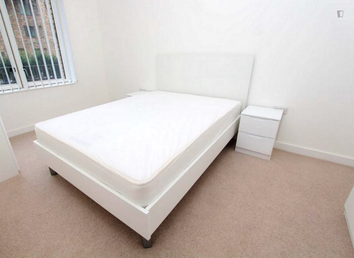 Well-equipped double bedroom in Beckton  - Gallery -  6