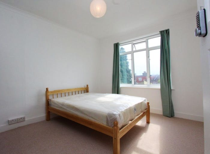 Well-lit double bedroom in Waltham Forest  - Gallery -  3