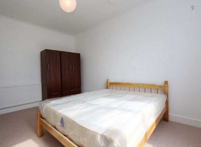 Well-lit double bedroom in Waltham Forest  - Gallery -  1