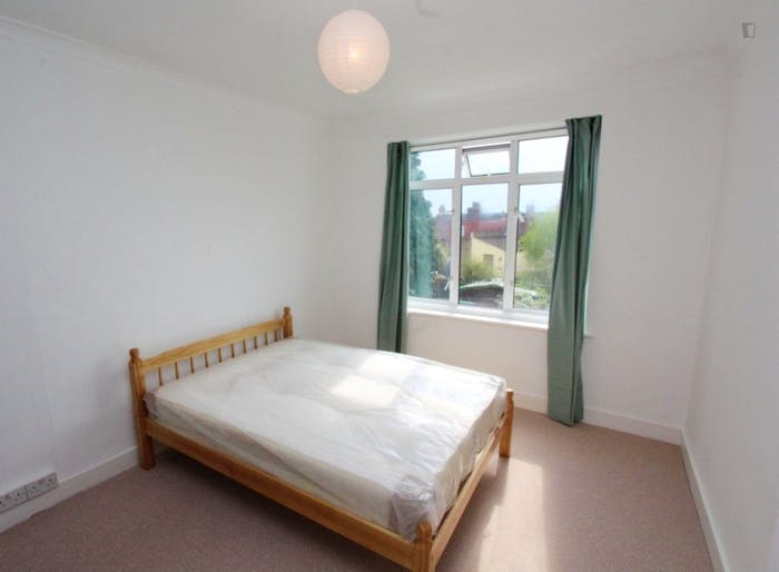 Well-lit double bedroom in Waltham Forest  - Gallery -  2